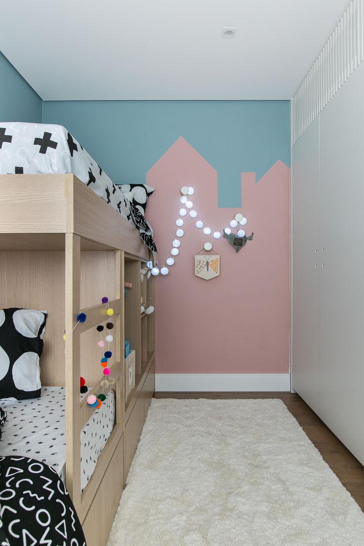 Este projeto da Carol Miluzzi com peças @amomooui é um exemplo perfeito de como aproveitar espaços pequenos de forma criativa! O destaque do quarto é a parede com grafismo geométrico em azul e rosa. Para criar contraste roupa de cama P&B moderníssima com um protetor JARDIM delicado e rosa. Muitos detalhes e personalização ficaram na beliche e na parede para melhor aproveitamento do espaço! #kidsroom #quartodemenina #quartomoderno #geometrico #colorful #blackandwhite #enxoval