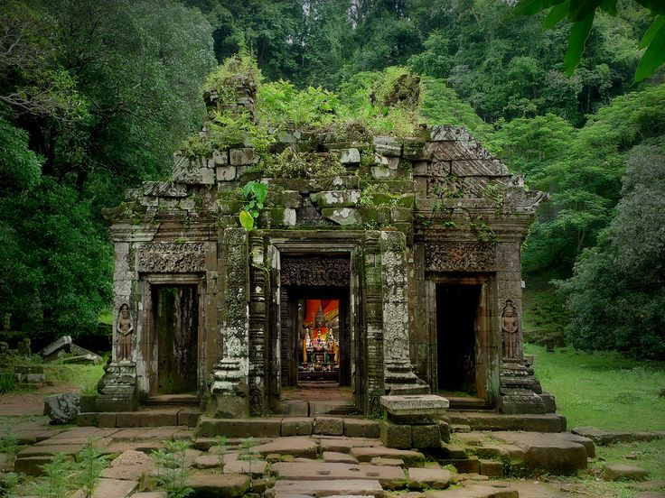 UNESCO World Heritage Site of Vat Phou, Laos  Hidden in the jungle rediscovered in 1914 (by B℮n)