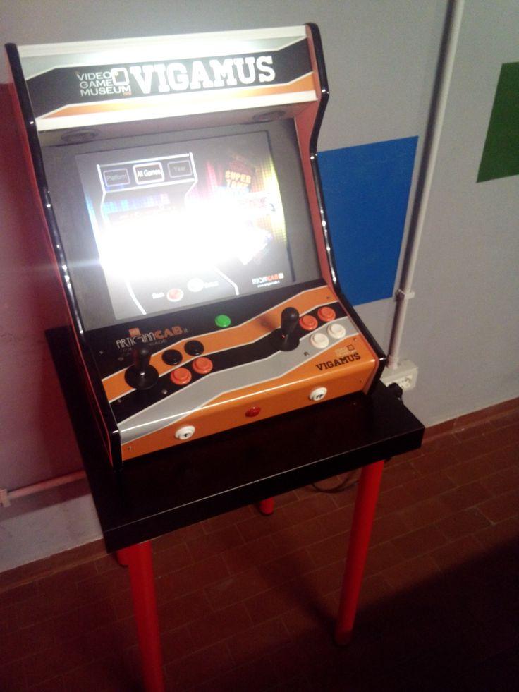 Console costruita a posta per il Vigamus con emulatori di vari coin-op.