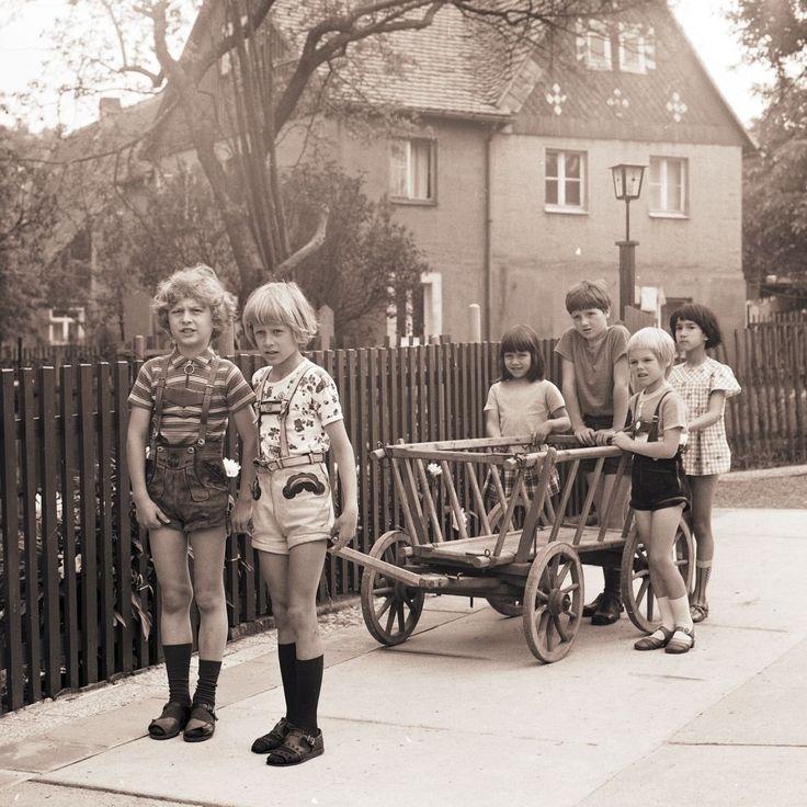 Kinder In Der DDR Mit Bollerwagen ~~~~ East German