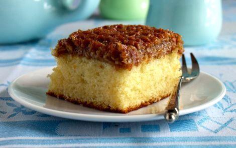 Bestemors beste!Drømmekage fra Brovst. En blød og luftig klassiker med lækkert fyld på toppen. Den er nem, så tag børnene med i køkkenet.