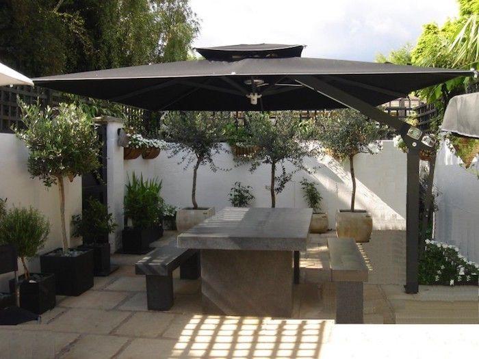 grand parasol déporté luxe et sa lampe chauffante terrasse