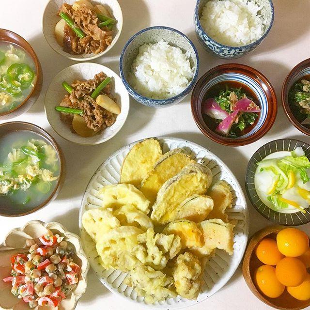 今日の夕飯。#kaoringo定食 ・ ・天ぷら(かぼちゃ、サツマイモ、舞茸、蓮根) ・牛肉とニンニクの芽と長芋のオイスター炒め ・ゆず白菜 ・レディサラダと春菊のツナゴマ炒め ・ひよこ豆とパプリカの大葉マヨサラダ ・ピーマンと卵のスープ ・金柑 ・ 天ぷらって本当に難しい。 天ぷらは自分の中では外で食べるものなのですが、食べたい時に毎回外食するわけにもいかないので、なけなしの油で揚げてみた(笑) ・ 天ぷらはたっぷりの油で余裕をもって揚げるべきですね◝(๑꒪່౪̮꒪່๑)◜ ・ 苦手も少しづつ克服していこう。 ・ 油買いに行かなきゃ~。 ・ 美味しそうな金柑がスーパーに並びだしましたね( ^ω^) 漬物に甘露煮に、ジャムに…って妄想は広がるけど、とりあえずよく洗ってそのままガブリ!