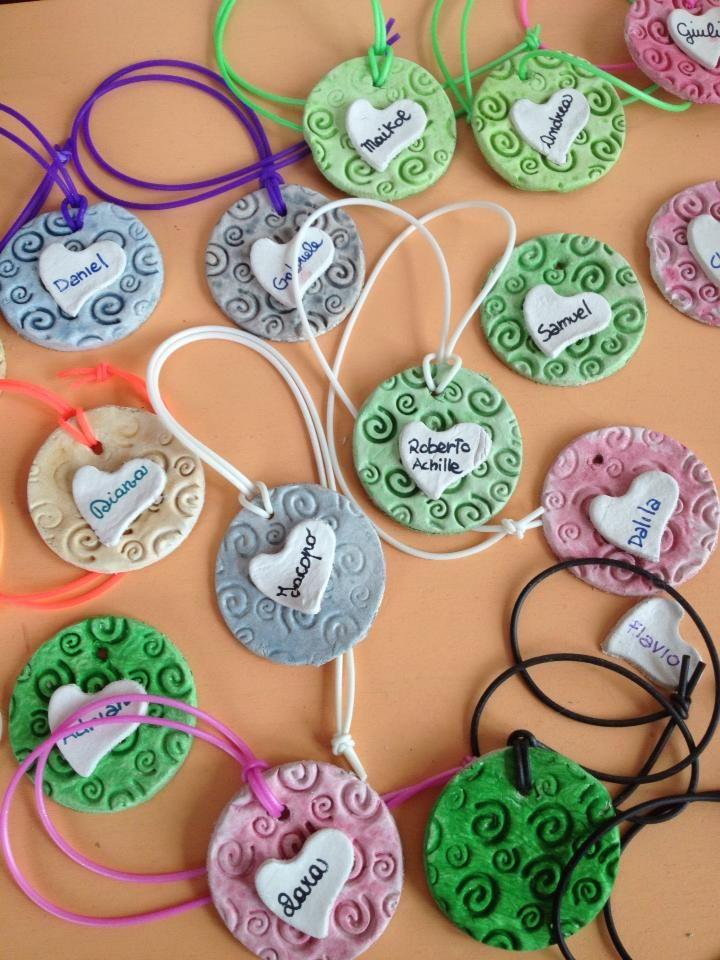 Lavoretto festa mamma: un medaglione profumato da appendere in auto per ricordare in ogni momento la gioia di manine che lavorano per creare un dono originale