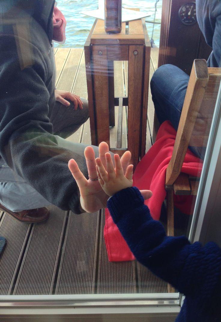 AHOI! Die BunBo, das Bungalowboot Familien-Crew hat die Zeit vergessen. Auf der Hängematte. Mit purem Sonnenschein mitten auf den glitzernden Havelseen in Brandenburg, unser zweites Wohnzimmer. Kommt mit auf unsere BunBo Tour mit Oster-Deko-Tipp von aentschies blog, leckerem Möhrenkuchen von magnoliaelectric, entspanntesten Sonnenuntergängen und wichtigen Sicherheitstipps für kleinste Matrosen! | Pinspiration