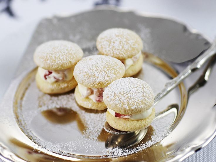 These cakes supposedly take their name from the powder puffs used by women to dust on face powder. Whatever the provenance, strawberries and cream powder puffs are light, airy and absolutely delicious.