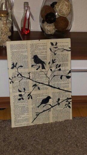 Alte Bücher, alter Rahmen und schwarzer Stift