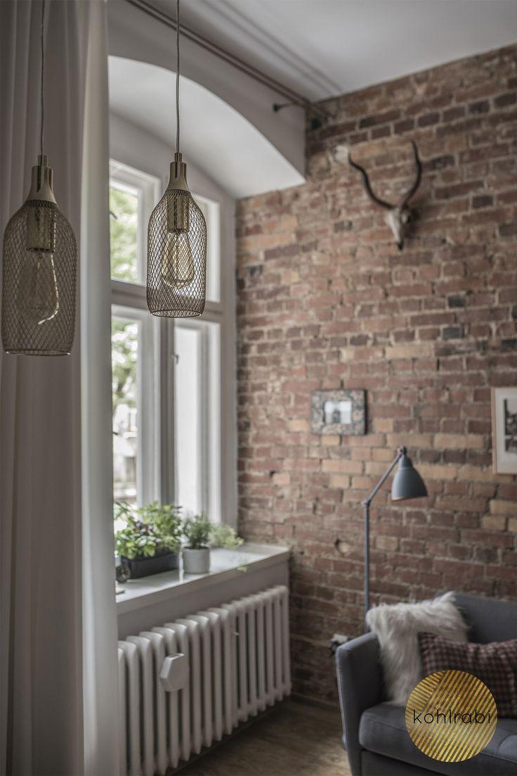 Uwielbiamy projekty mieszkań w kamienicach ze względu na ich niepowtarzalny klimat. Wysoka przestrzeń niweluje tutaj niewielki metraż, a odsłonięta cegła dodaje charakteru całości. Naszym wyzwaniem było zaprojektowanie 30m2 tak, aby W jedynym pokoju pomieścić sypialnię, salon, biuro i garderobę. Wnętrze zostało zaprojektowane w stylu skandynawskim, a smaku dodają mu klasyczne złote i czarne dodatki. Kuchnia i łazienka przeszły niewielki lifting podnoszący ich funkcjonalność i estetykę.