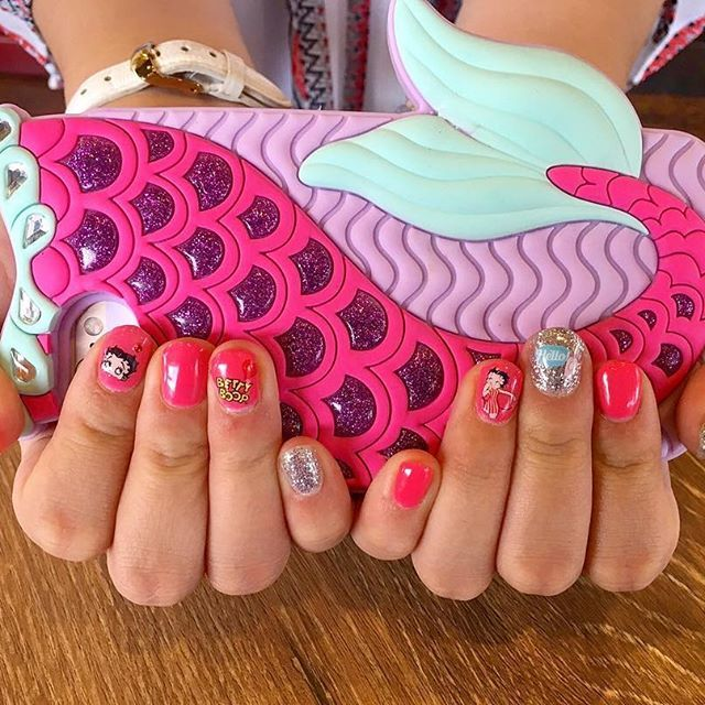 . . new nail 💗💕 phot by kiramero🤙🏽💋 大好きなベティーちゃんに 大好きなピンクに大好きなキラキラ✨ . からの、ずっと欲しかった ちちぴちゃんとお揃いの アイフォンケース🤳💘 見つけた瞬間光の速さでレジに向かったよ😍💸 . . #セルフネイル#セルフジェルネイル#ジェルネイル#l4l#l4like#fff#f4f#f4follow#nail#gelnails#nails#gelnail#pink#pinknails#pinknails#kirakira#ベティーちゃん#ベティーちゃんネイル#bettyboop#bettynail#38ka_nail#iPhonecase