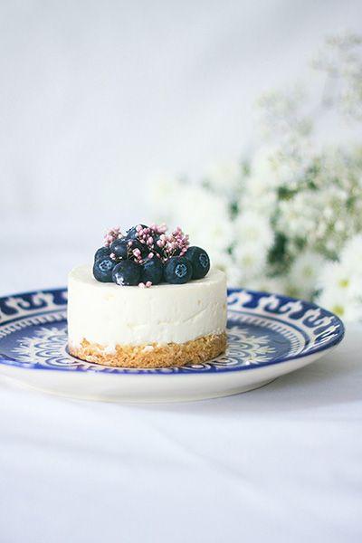 Cheesecake vanille et myrtilles sans cuisson onctueux avec un palet breton maison. Cream cheese et crème montée en chantilly pour une texture aérienne.