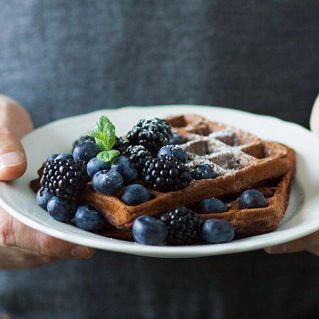 Syntisen suklainen herkku syntyy vohveleiden ja brownie-leivonnaisten synteesistä. Brownievohvelit sopivat jälkiruoaksi tai sunnuntaibrunssin sulostuttajiksi.
