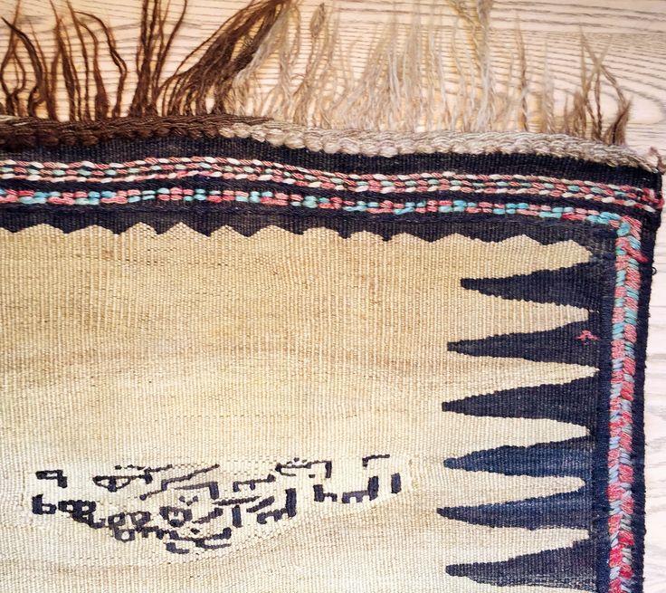 Denne Soufreh er en lys brun kelim (fladvævet) med et sort zigzagmotiv på hver langside og med broderede kanter. På tæppet er broderet signaturen på den kvinde, der har ejet (og sandsynligvis også vævet) tæppet. Tæppet er vævet af kurdiske stammer i Iran af ren kameluld. Vintage: 60-80 år Størrelse: 210*68 cm