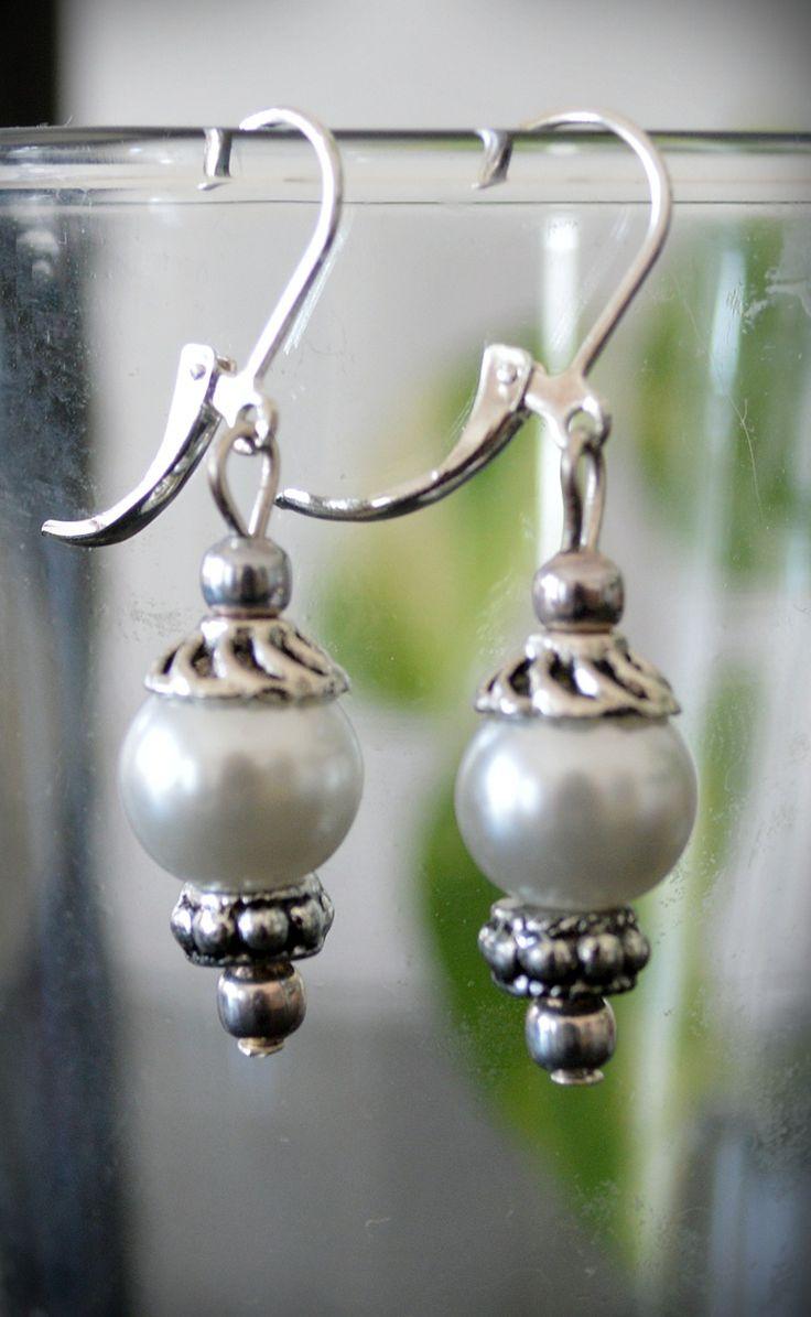 Náušnice+bílá+vosková+perla+Jemné+náušničky+s+bílou+voskouvou+perlou.+Pevné+zapínání+z+bižuterního+kovu.+Délka+včetně+zapínání+je+4cm,+průměr+perlčky+1cm