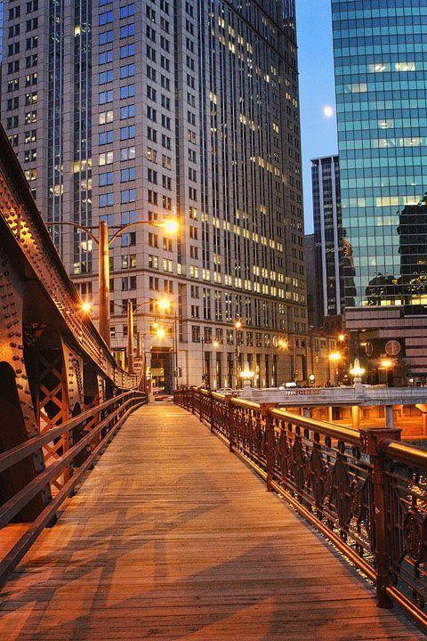 Chicago River. Downtown. Street view. Bridge.