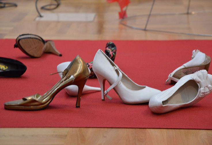 Kengät ovat näyttävässä osassa Moosa Myllykankaan Pyörin ja pyörin -performansissa. Luuppi, Oulu (Finland)