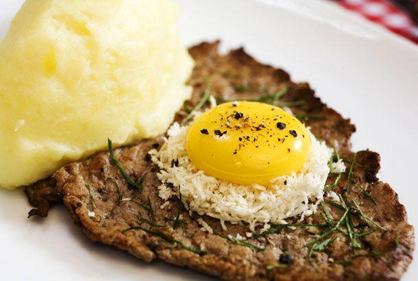 Lövbiff med äggula och pepparrot | Recept.nu
