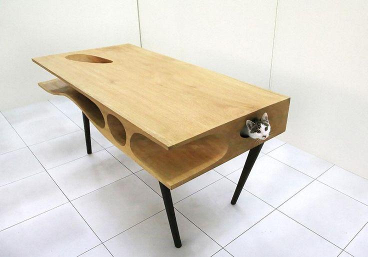 Il piano di lavoro nascone un percorso pensato per gatti. Non a caso si chiama CATable il tavolo con tunnel incorporato pensato su misura per i felini. Lo ha disegnato un architetto cinese Ruan Hao per lo studio di Lycs. La sorpresa è sotto la scrivania, dove il micio può divertirsi an