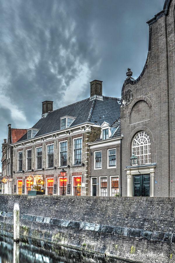 De Pelgrimsvaderskerk aan de Voorhaven in Delfshaven, Rotterdam, is ook bij Amerikanen bekend. Hiervandaan vertrok in 1620 een groep Pilgrim Fathers om via Southhampton met de Mayflower naar het beloofde land te varen. In het pand links van de kerk bevindt zich een aardser instelling: stadsbrouwerij de Pelgrim, producent van een aantal ambachtelijke gebrouwen bieren.