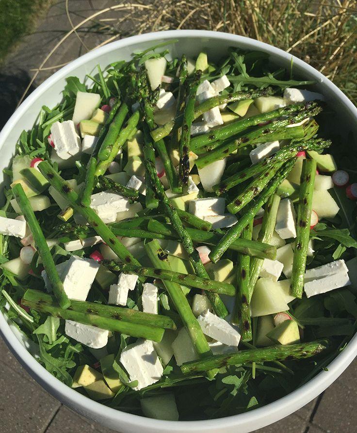 Sommerlig salat med rucola, grillede grønne asparges, galia melon, avocado, fetaost og radiser.