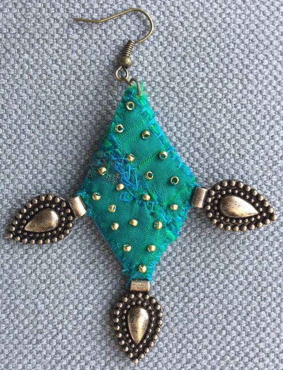 Boucles d'oreilles textiles soie verte raffinée bronze par VeronikB