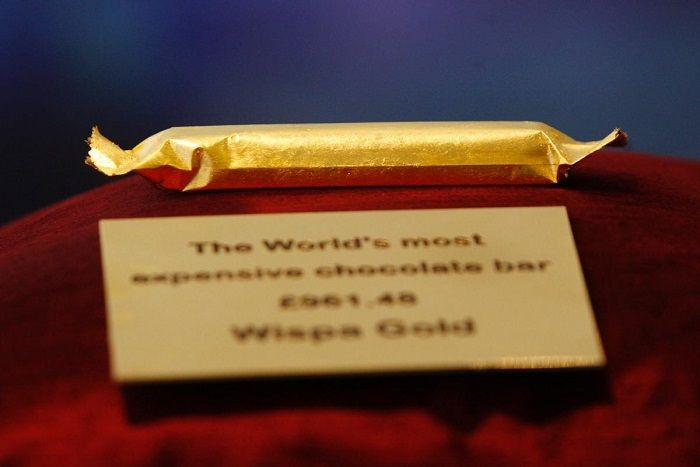Cadbury's Wispa chocolate bar - a favorite in England - was discontinued in 2003, until chocolate lovers begged Cadbury to bring it back. While the recipe was kept the same, a limited edition was exclusively sold in jewelry stores to commemorate its return. The ordinary chocolate bar was wrapped in gold-paper. $ 1,600