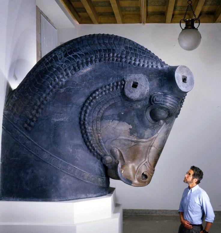 Bull sculpture, Achaemenid period ca. 550 - 330 BCE. Las orejas y los cuernos…