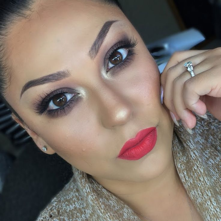 Vianney looks every inch a hottie using her gifted AVON True Color Perfectly Matte Lipstick in Coral Fever. She got this awesome #AvonFreebie for being a Preen.Me VIP.