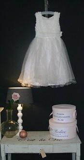 Bruidsmeisje jurk  Feestjurk bijv Bruidsmeisje of Communie. Materiaal polyester Aan de bovenkant is de jurk gemaakt van satijnlook met daarop roosjes gemaakt van witte tule met pareltjes erin. De taille is gemaakt met witte tule en lovertjes, daaronder driedubble onderrok. € 79,95-
