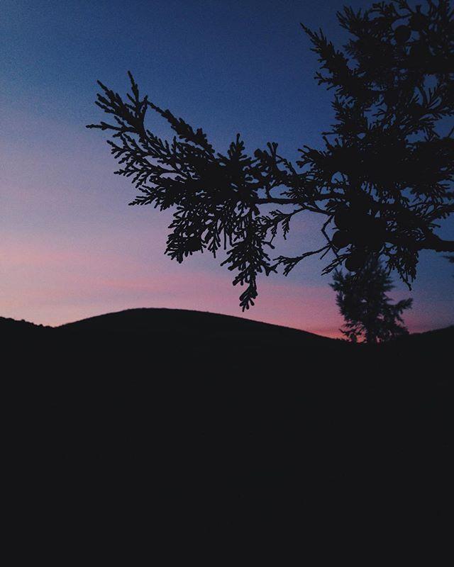 Усевшись поудобнее на самый большой и уютный камушек, глаза замирают в ожидании. Розовый кусочек ватного неба вот вот покажется из-за горных вершин🗻☁️💗 Дрожа от холода, не чувствуя пальцев, я начинаю бегать вверх вниз по горке и продолжаю ждать нежный закат. А в голове мысли о том, как мало для счастья нужно. И что все необходимые для жизни вещи вмещаются в один рюкзак 🎒 Так для чего мы постоянно тратим деньги, время и силы на поиск и покупку ненужных безделушек👗👠🚫🚷…