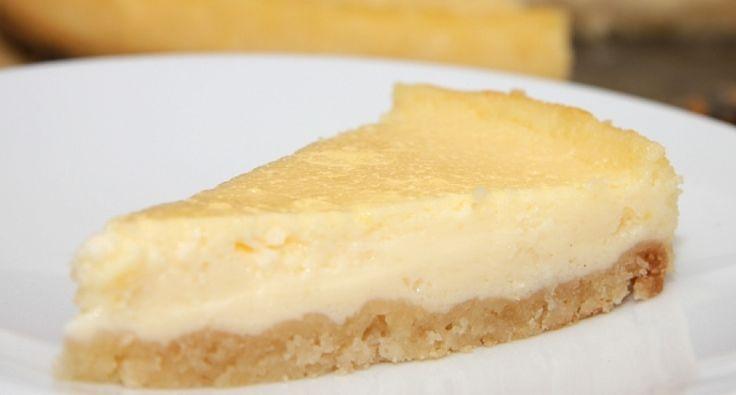 Przepis na ciasto jogurtowe: Ciasto przygotowane na wzór pieczonego sernika. Lekko kwaśne, orzeźwiające, pieczone ciasto jogurtowe. Po prostu boskie! Można podawać z owocami, sosami owocowymi i sorbetami.
