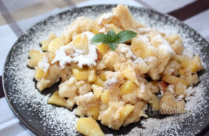 """Tyrolský trhanec 1 jablko 2 PL cukor kryšt 2 PLškorica  1 KLšťava citrón 4 vajce 200 ml mlieko 125g múka hl 1 PLcukor kryštál 1 štipkasóda jedlá 1 štipkasoľ  1 cukor vanil maslo nakrájíme jablko, zasypeme cukrem a skořicí, přidáme šťávu z citronu. Dáme bokem.bílky ušleháme zvlášť. Do mísy dáme žloutky, mléko, mouku, sůl, cukr, vanil cukr, špetku sody a vymícháme těsto, vmícháme sníh, Na pánvi orestovat jablíčka, nalijeme těsto. Smažíme otočíme """"rozbijeme"""" mouč,cukr"""