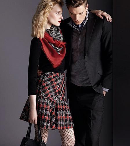 me gusta esta combinación: blusa negra con falda estampada a cuadros