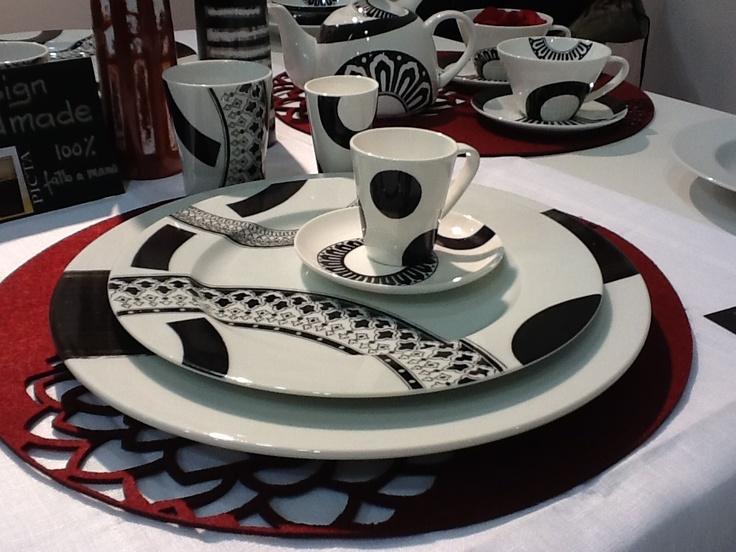 Arrivano gli amici! Arrediamo la tavola con piatti e stoviglie dal design deciso e dai motivi geometrici!