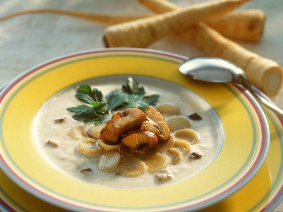 Cremige Petersilienwurzelsuppe ist ein Rezept mit frischen Zutaten aus der Kategorie Gemüsesuppe. Probieren Sie dieses und weitere Rezepte von EAT SMARTER!