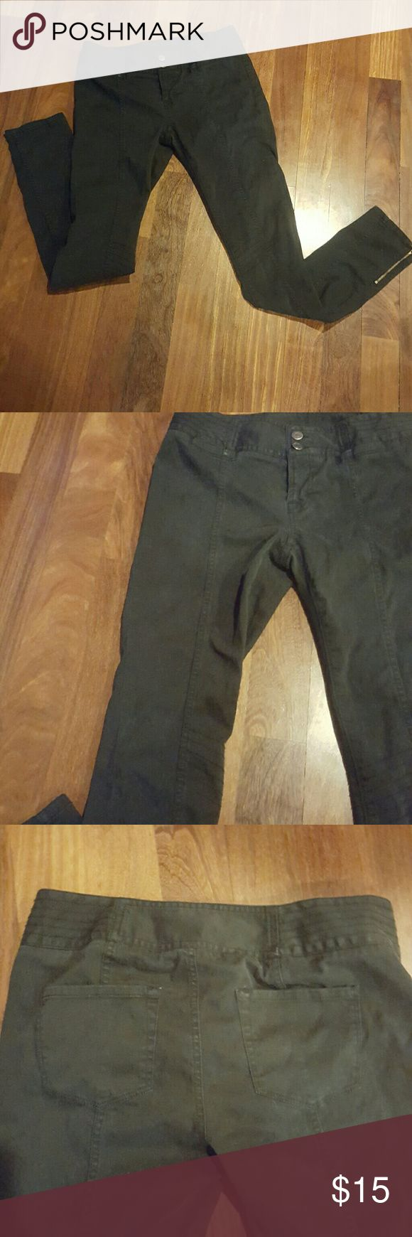 """London fog """"moto fit"""" skinny pant Bought on victoria secret website  London fog brand 98% cotton, 2%lucrative spandex These pants have many unique stylish features Working side zippers bottom pant Inner thigh and waist line stiching  Low waisted Back pockets 31""""inseam London Fog Pants Skinny"""