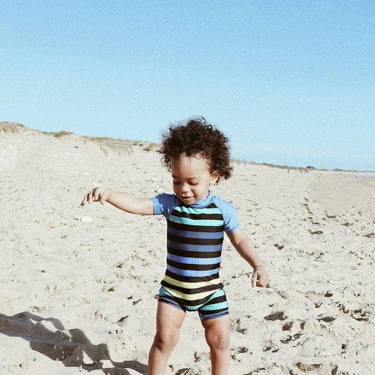 Devinez qui a mangé du sable pour la première fois avant hier? Il l'a tout de suite recraché (fallait voir sa tête quand il ses rendu compte que c'était dégueulasse ) et n'a plus recommencé mais voilà un chouchou à passé son baptême de sable  Ça n'a rien à voir mais j'adore cette combi de bain. Elle vient de chez @intersportfr. Pas de tête de super-héros Marvel ou de Mickey dessus elle est juste parfaite. Et puis chouchou est tout beau dedans.