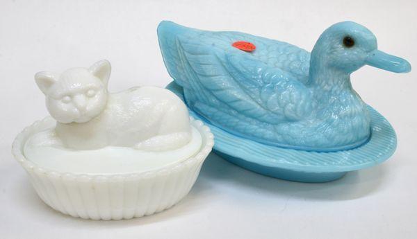 """1- Два стекла конфеты контейнеры, Вестморелэнд стекла (1) синий 9 """"утка, стеклянные глаза, (2) белый 6"""" Кот в корзине."""