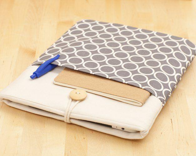 Esta funda para iPad esta diseñada para protegerlo del polvo y las rozaduras. El textil 100% algodón y su relleno de polyester asegurarán una protección extra para el día a día de tu iPad. Su botón...