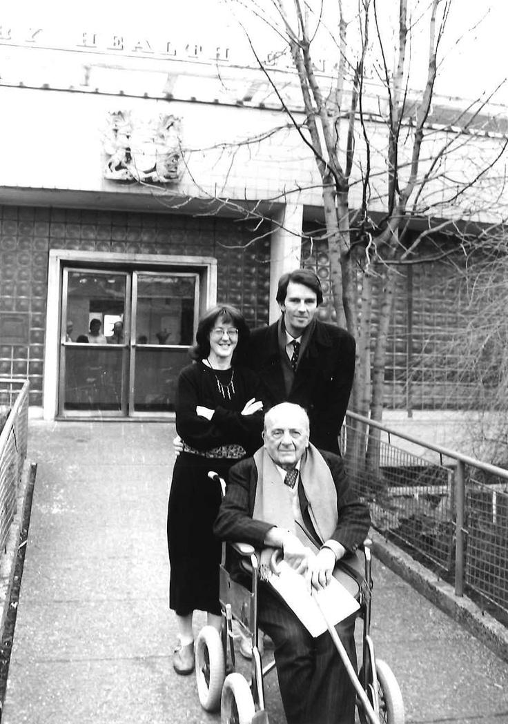 Berthold Lubetkin with John Allan and Geraldine O'Riordan of Avanti Architects outside the Finsbury Health Centre in 1988.