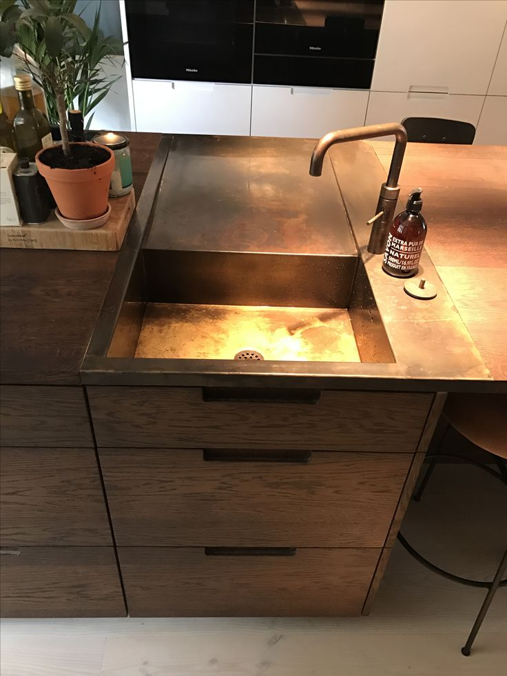 Brass sink from ONO.dk and kitchen island from Handcrafted Interior. #onosink #brasssink #oakkitchen