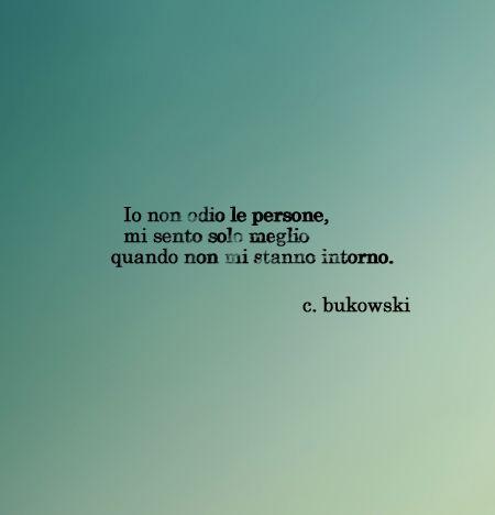 Bukowski : Yo no odio a la gente, me siento mejor cuando no están a mi alrededor.
