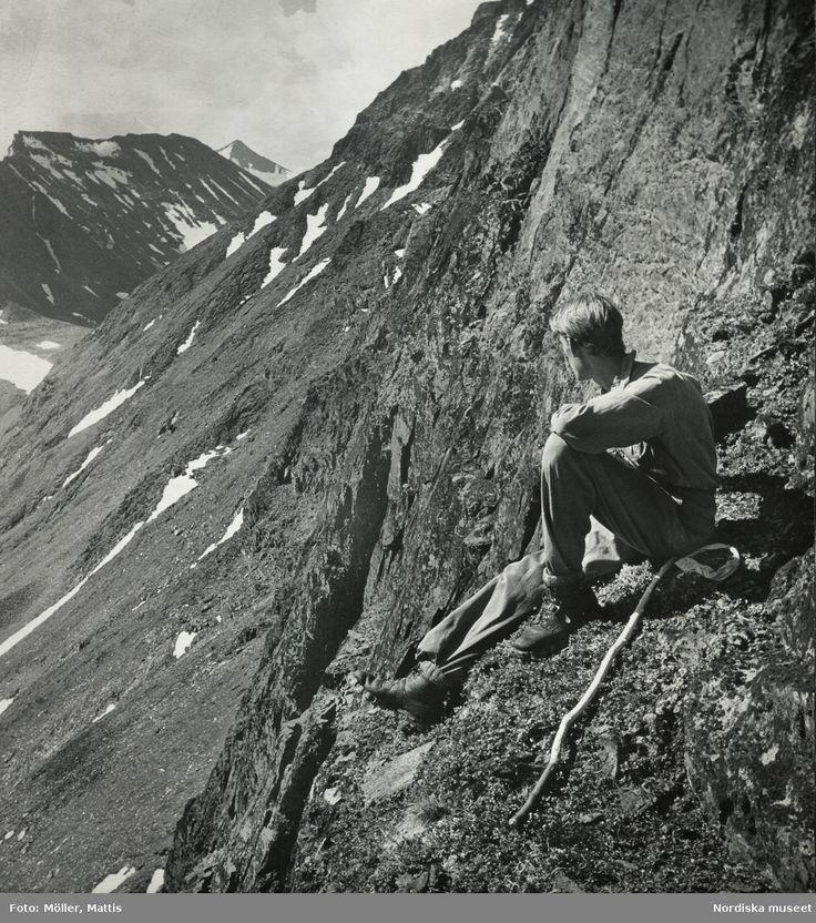 Man sittande på fjällvägg. Selmatjåkko, Lappland sommaren 1938. Fotograf: Mattis Möller.