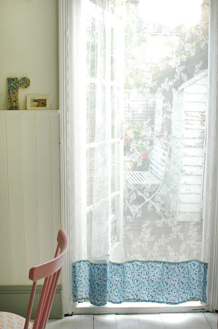 Un simple voilage gentiment prolongé par un doux imprimé permet d'ouvrir la porte tout en empêchant les petits indésirables ailés de s'introduire dans la maison.