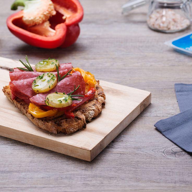 Bruschetta con peperoni grigliati e salame di tacchino    #LeIdeediAIA #AIA #tacchino #salame #bresaola #mangiare #food #cucina #cucinare #eat #griglia #verdure #verdura #patate #bruschetta #pane