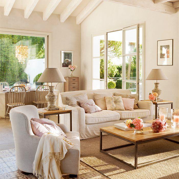 Es blanca, contemporánea, tiene piezas de diseño... pero no es una casa fría. ¿La fórmula para lograrlo? Darle calidez con muebles de madera color miel y fibra