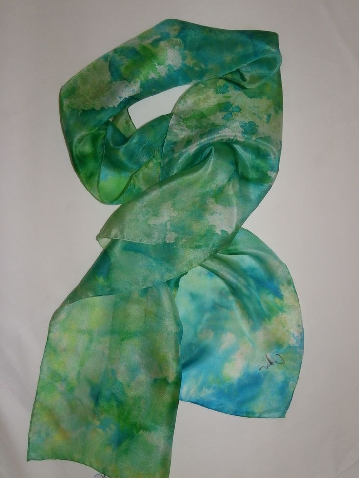 Linda echarpe de seda pongé 5, pintada à mão, em tons de verdes. Leve e feminina, pode ser usada de várias formas.