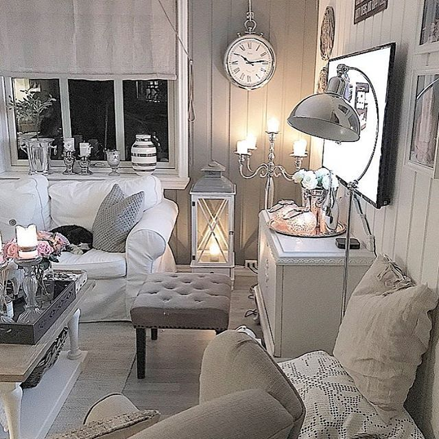 God lørdag, vakringer💛✨ I dag har vi hatt en noe forsinket barnebursdag for jenta mi i stallen🐴✨ Det er ingen hemmelighet at frøkna vår er hestejente, og det er det også flere i hennes klasse som er, så det var midt i blinken for store og små💛 Resten av kvelden har det vært maks avslapning i denne ikke-ryddige stua💛 Perfekt lørdag✨ Ønsker dere en herlig kveld😘✨❤️ #livingroom #lovelyinterior #interior4all #interior9508 #interiordesign #interiors #myhome #eleganceroom #vakrehjem #finehjem…