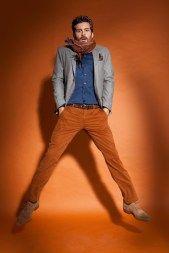 Coole roeste broek met licht grijze blazer.