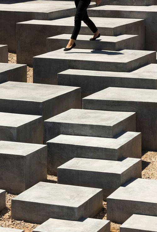 Betonnen elementen zo samengevoegd dat het een leuk en interessant speelelement vormt