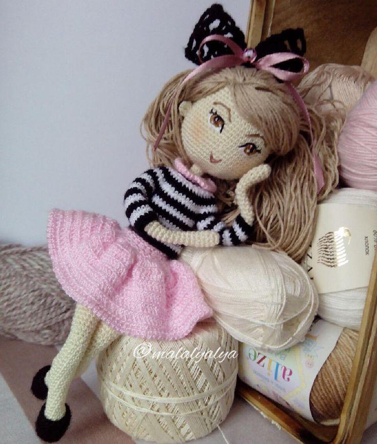 Шикарную красавицу зовут Линда  - ростом около 25 см; - личико вышито, тонировано; - прическа подвижная, расплетается, густые волосы можно расчёсывать; - проволочный каркас - ручки, ножки куколки сгибаются, меняется положение головы и тела; - куколка одета в свитерок, юбочку (под ней трусики из кружевной ленты) и туфельки; - голова куколки украшена вязаным ажурным бантиком, на свитерке крылышки ангела; - указанная одежда, аксессуары, а также крылышки снимаются. А её не чудесную мамочку ...